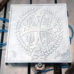 Σκαλιστό μαρμάρινο λογότυπο μονής