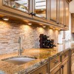 Επένδυση τοίχου κουζίνας με σκαπιτσαριστά πάνελ