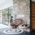 Επένδυση τοίχου σαλονιού με σκαπιτσαριστή πέτρα