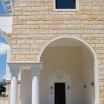 Είσοδος οικίας με σκαπιτσαριστή επένδυση τοίχου