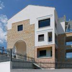 Πολυτελής κατοικία με πρόσοψη από σκαπιτσαριστό μάρμαρο